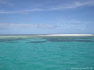 グレートバリアリーフに浮かぶ白砂の小島