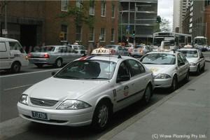 シティのタクシー・スタンドで待機するタクシー