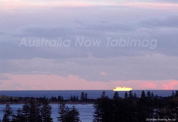 夕陽を浴びて白く輝く船体 2010年8月26日