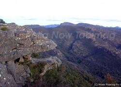 もののけ姫に登場する山犬の家に似ている岩バルコニー