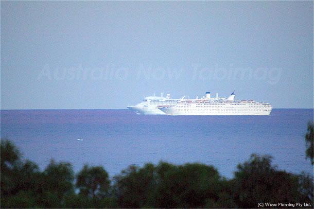 並走する巨大客船  2010月9月6月