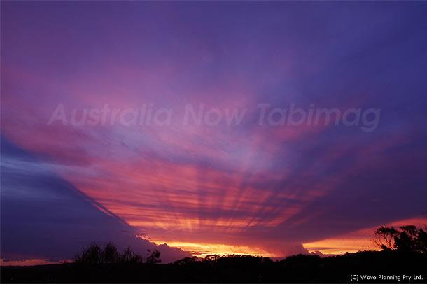 見たら幸運に!? 後光のように空を照らす神秘的な夕陽 2010年11月18日