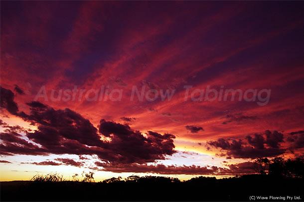 紅に染まりゆく、放射状の夕焼け雲 2010年12月10日