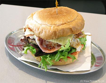 フィッシュ・オン・ファイヤーでは、ボリュームたっぷりのバーガーが人気!