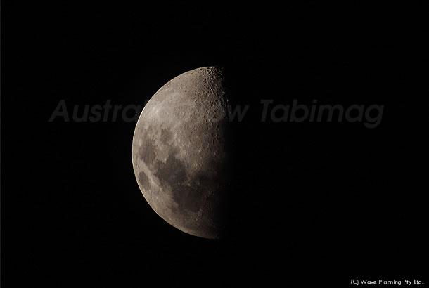 シドニーの夜空にポッカリと浮かぶ上弦の月 2011年1月14日