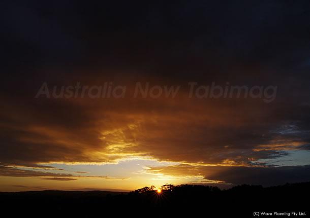 厚い雲の切れ間から光のシャワー ~シドニーの夕陽 2011年1月15日