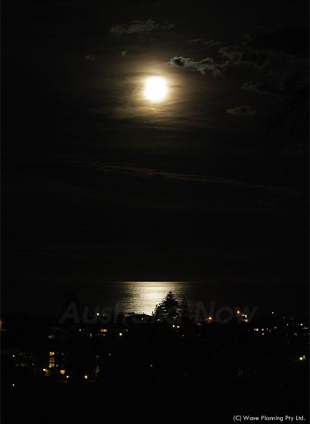 シドニー沖の海を照らす月夜 2011年2月21日