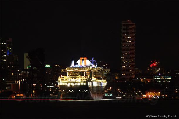 シドニー寄航中のクイーンメリー2号