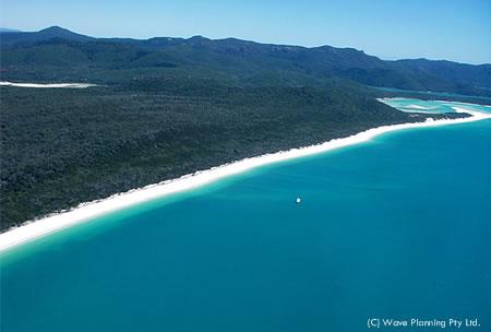 上空のヘリから撮影したホワイトヘブン・ビーチ