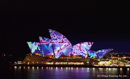 光のイルミネーションに彩られたオペラハウス
