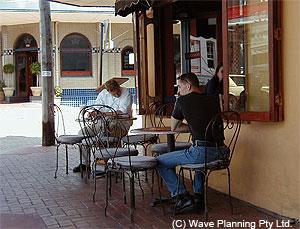 ライカートのストリートにテーブルを出したカフェ