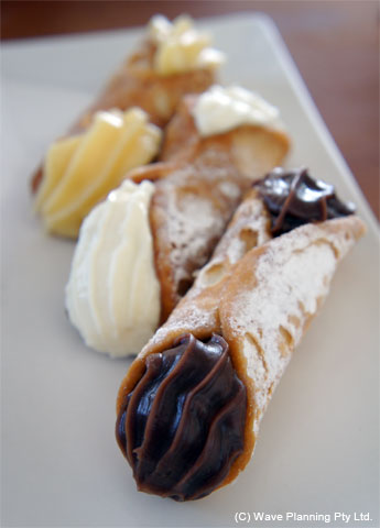 シチリアの伝統菓子カンノーリ Sulfaroには定番のリコッタチーズ(中央)の他、チョコとバニラのクリームがある