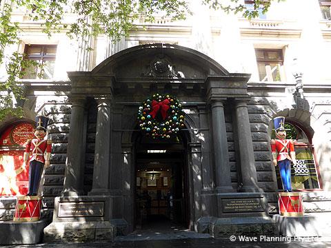 タウンホールには大きなくるみ割り人形とクリスマスリース