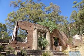 住居や工場などの廃墟が谷間の森の中に点在する