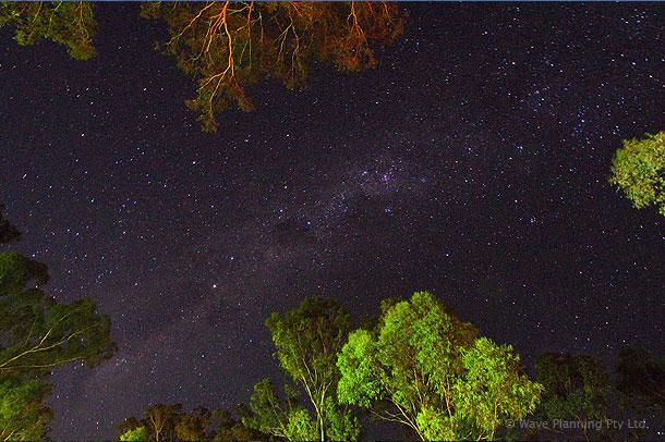 晴れた夜には、渓谷の上にかかる天の川が見られる