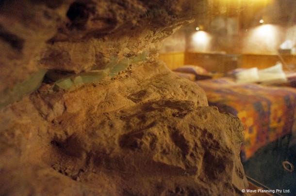 オパール鉱脈がむき出しになっているゲストルーム