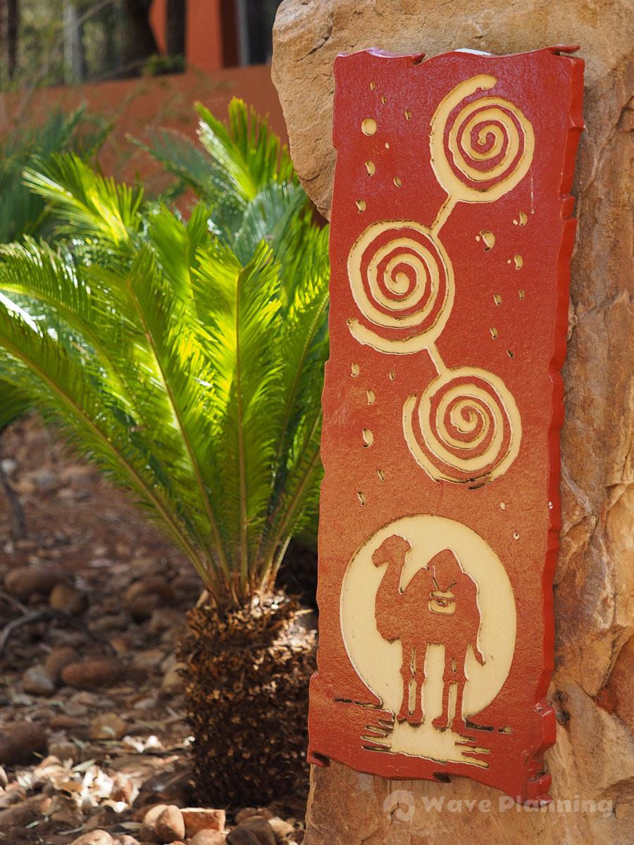 ラクダとアボリジニ風マークのサイン