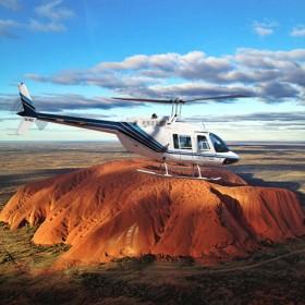 ウルル上空をヘリコプター遊覧飛行