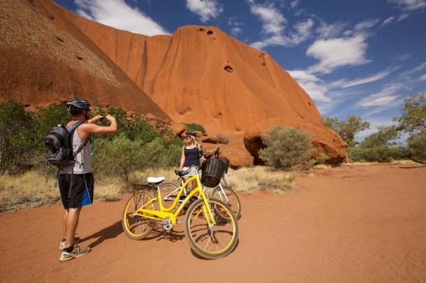ウルルを貸自転車でサイクリング!