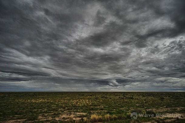 NSW州のアウトバックにある町バルナラルドの郊外に垂れ込める雨雲