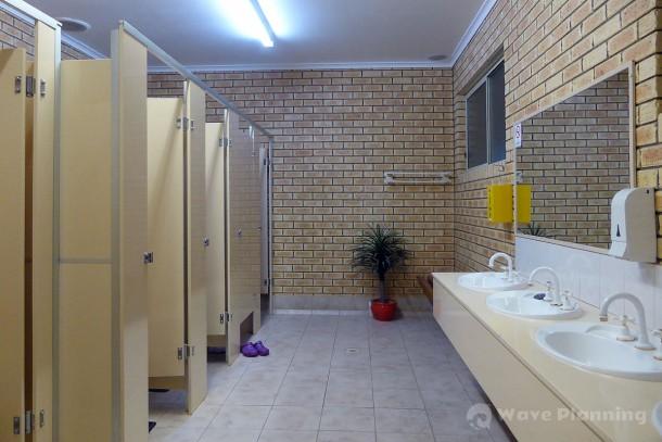 シャワーとトイレのある清潔なアメニティ・ブロック