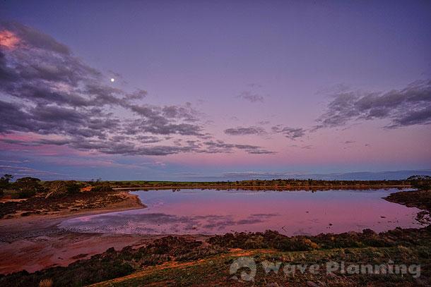 夕焼けの染まるピンク・レイク