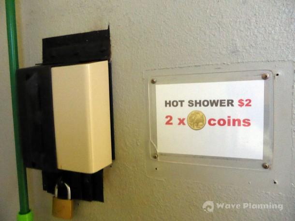 シャワーは2ドルコインを2枚入れると暑いお湯が出る仕組み