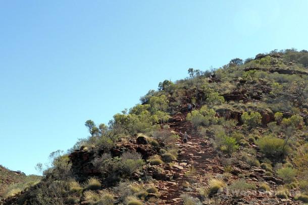 スタートからいきなり、かなり傾斜角度がある断崖を登る!