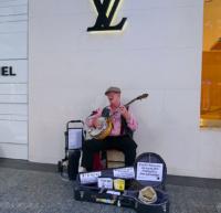 クイーン・ストリート・モールで演奏するバスカーズのおじさん