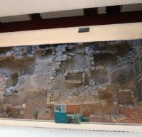 吹き抜けになった建物内から見える遺跡