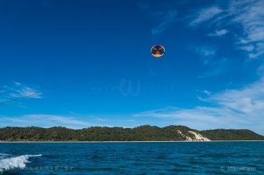 パラセーリングで青い海の上空から一望!