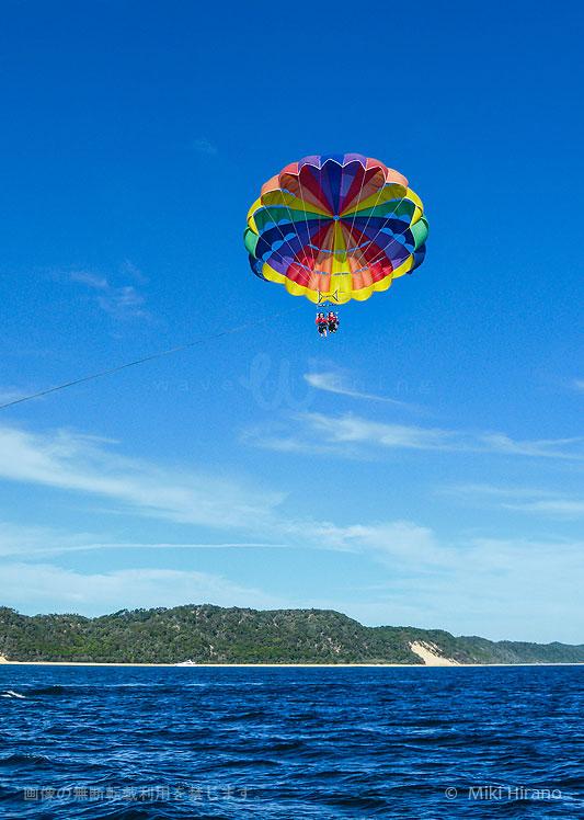 青い空と海が気持ちいいパラセーリング