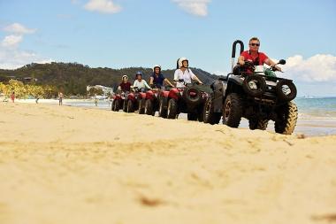 4輪駆動のバギーでビーチや砂丘を走るのも楽しい!