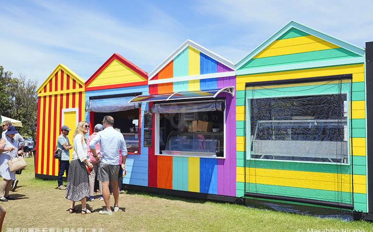カラフルなビーチ・ボックス風の屋台カフェも登場