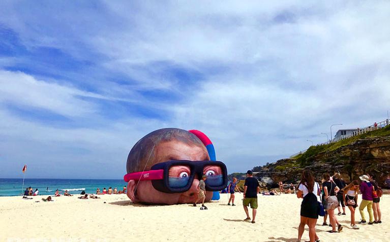 タマラマ・ビーチに突如現れた巨人の頭