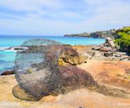 背景の海にすんなりと溶け込む波をイメージした地元アーティストの作品