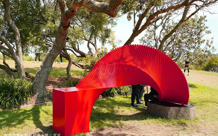時と空間の繋がりをイメージした日本人アーティスト タナベ・タケシさんの作品
