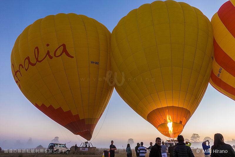 太陽が昇る前にバルーン(気球)を準備