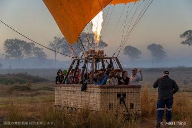 日が昇り始める頃、熱気球に乗り込む