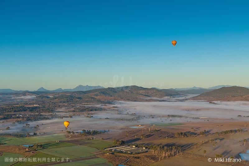 朝霧に包まれる大地を上空から望む熱気球フライト