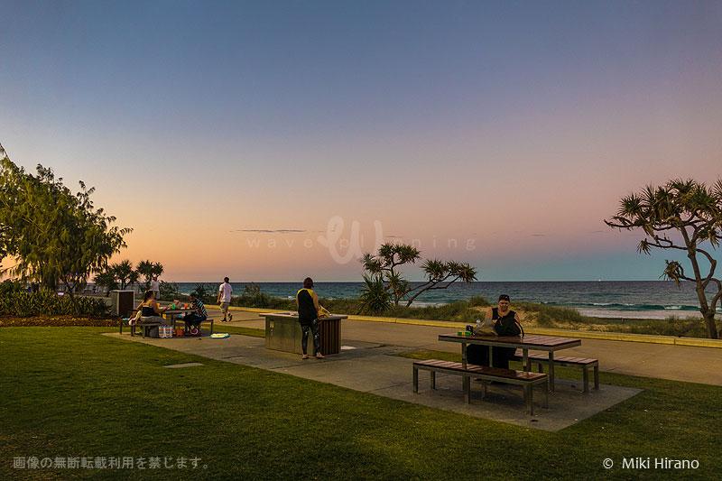 夕暮れからビーチサイドでバーベキューしながらピクニック・ディナー