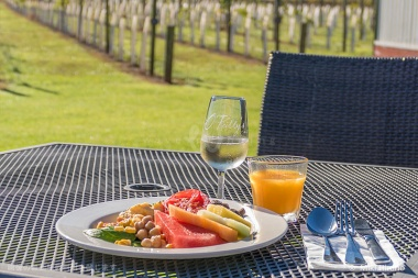 ブドウ畑に囲まれた風情あるホームステッドで、爽やかな朝食を