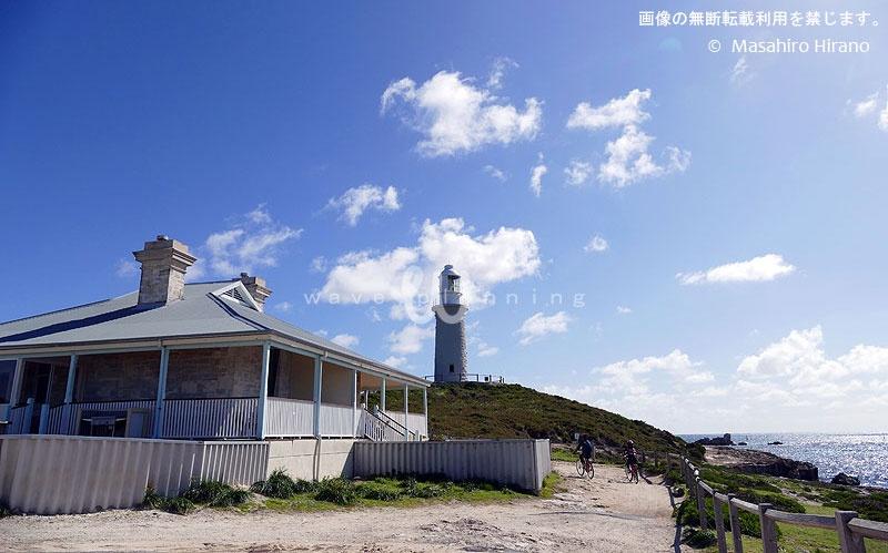 島の高台に建つバサースト灯台