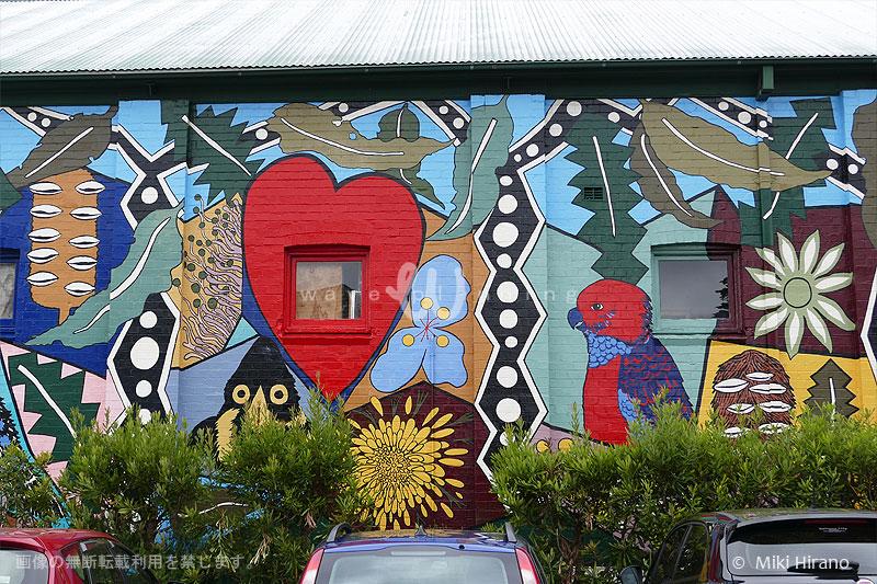 カトゥーンバの先、ブラックヒースの町中の壁面にもアカクサンコが描かれている。