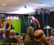 町のパブでは、エルビスのカラオケ大会を開催