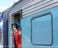 エルビス特別列車の車掌さんもご覧の通り!
