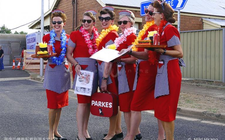 シドニーから到着した女性グループは、お揃いの当時のメイド衣装で