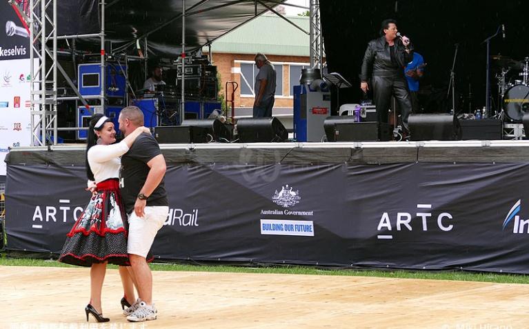 メイン会場の広場で一日中、エルビスに関連した催しが行われている