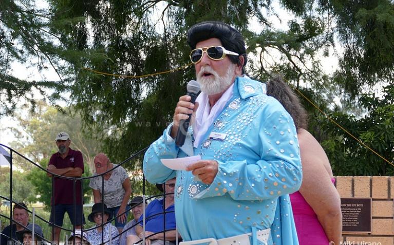 市長さんもエルビス・ファッションでお出迎え