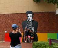 通りの壁面に描かれたエルビスの前で記念撮影!